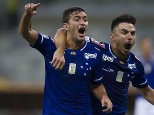 De Arrascaeta comemora com Willian o gol do Cruzeiro diante do Mineros