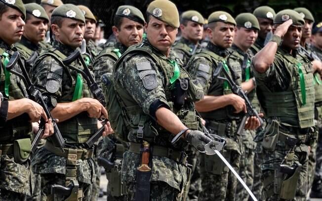 Comandante de Pelotão do COE com seus homens em formação. Foto: Major PM Luis Augusto Pacheco Ambar