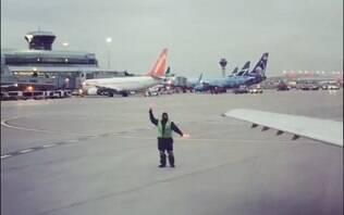 Empregado da American Airlines viraliza dançando na pista de pouso de aeroporto