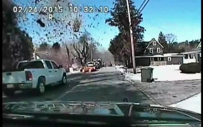Imagens gravadas por uma câmera em um carro de polícia registraram o momento em que uma casa explodiu