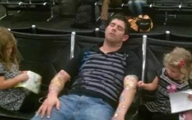 Um pai adormeceu no aeroporto – e as filhas aproveitaram para colar adesivos nele. Mais uma das coisas bizarras!