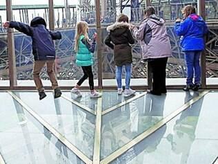 Coragem. Visitantes se divertem com o novo piso da Torre Eiffel
