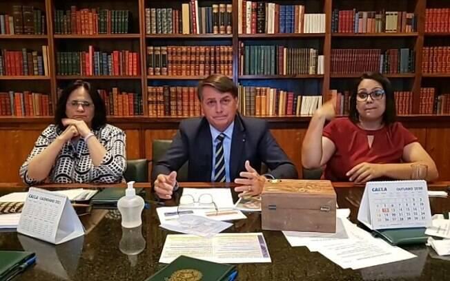 Bolsonaro em live com a ministra Damares Alves