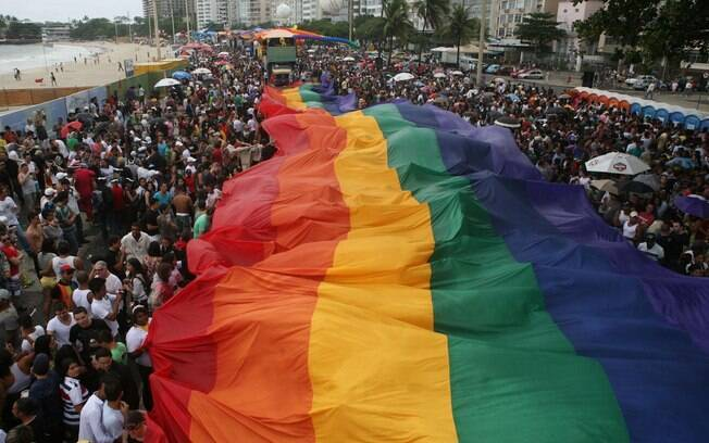 Milhares de pessoas participam da Parada Gay em Copacabana