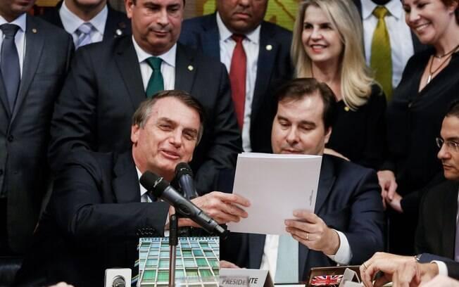 Jair Bolsonaro entrega para o presidente da Câmara, Rodrigo Maia, projeto de lei para alterar regras de trânsito e da CNH