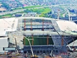 Correria. Estádio da abertura da Copa do Mundo, o Itaquerão, ou Arena Corinthians, teve a obra paralisada por diversas vezes