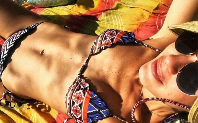 A atriz Juliana Knust chamou a atenção nas redes sociais ao exibir sua  barriga chapada em um dia de sol