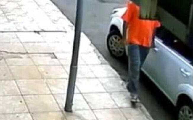 Homem foi testado positivo para a covid-19 e é flagrado cuspindo em sua mão e espalhava por carros e maçanetas com o propósito de proliferar o vírus