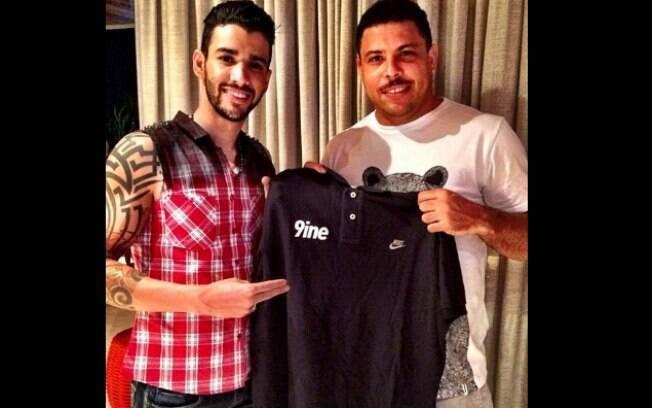 Gusttavo Lima e Ronaldo celebram assinatura de contrato
