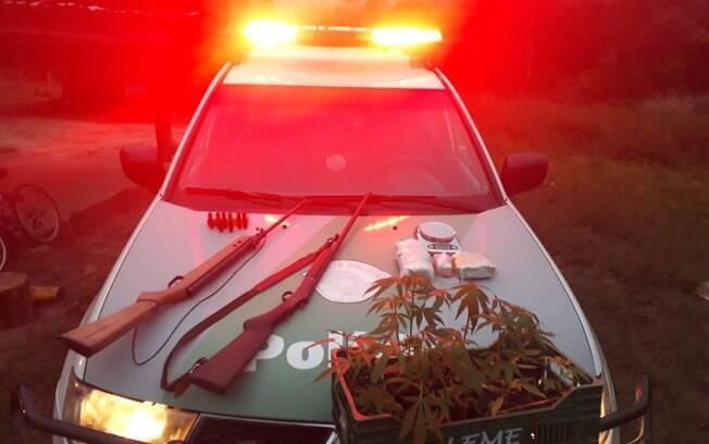 Homens da PM Ambiental apreenderam armas, drogas e material para refinar entorpecentes em uma sítio em Mogi das Cruzes
