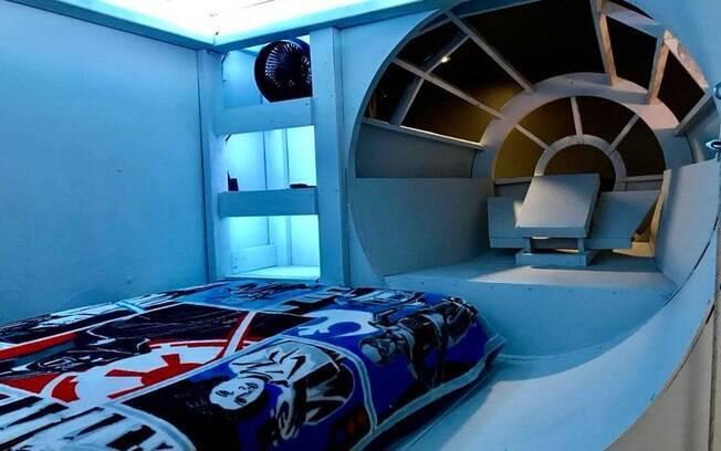 Por dentro, a 'cama-nave' é iluminada por uma luz azul e tem um colchão 'twin size' coberto com uma colcha temática