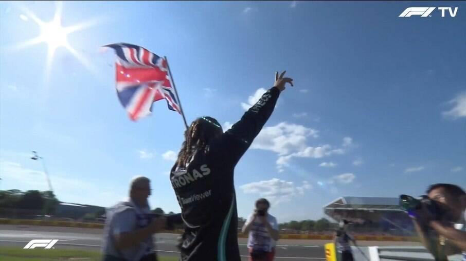 Lewis Hamilton ergue a bandeira do Reino Unido após vitória em SIlverstone