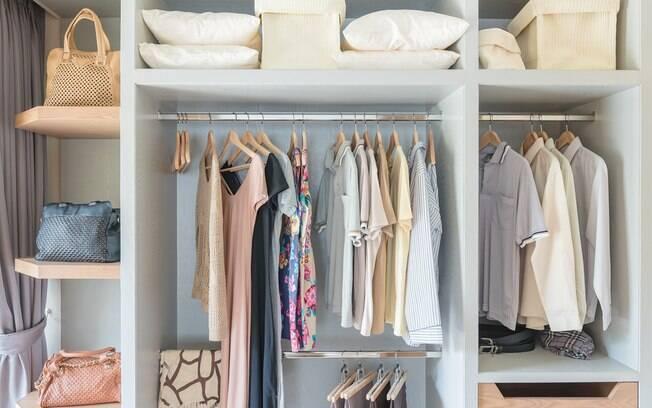 Ter um closet é um desejo de muitas pessoas; veja como organizar um em espaços menores e deixá-lo arrumado