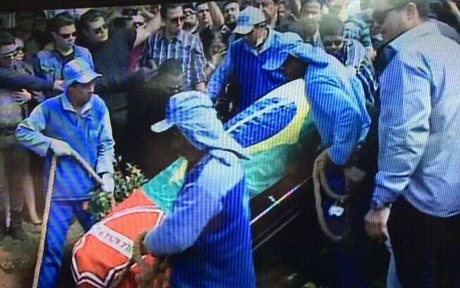 Cristiano Araújo foi enterrado nesta quinta-feira com as bandeiras do Brasil e de seu time de futebol. Foto: Repordução/TV Globo