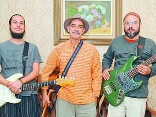 Paulo Mourão entre o guitarrista Ismera Rock e o contrabaixista Ayam Ubrais