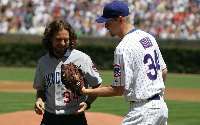 Eddie Vedder, vocalista do Pearl Jam, faz  arremesso inicial em jogo do Chicago Cubs