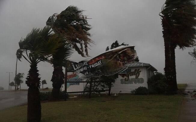 Rajadas de vento do furacão Harvey chegaram a ultrapassar 200 km/h em Rockport, nos Estados Unidos
