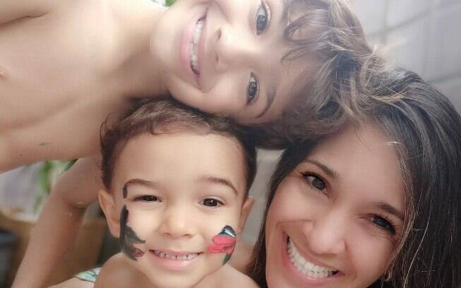 Uma mãe e seus dois filhos em uma fotografia