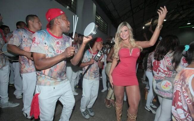 Andressa Urach cai no samba