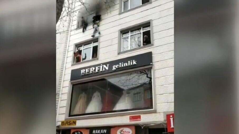 Prédio pega fogo e quatro crianças são jogadas de janela em Instabul