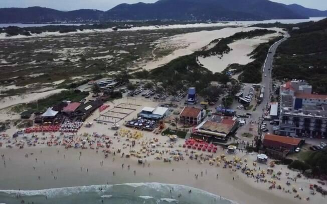 Praia da Joaquina com as dunas no fundo, em Florianópolis