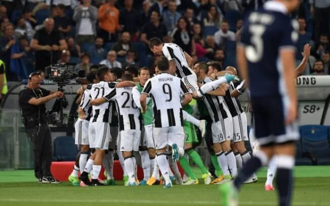 Jogadores da Juventus comemoram o primeiro dos três títulos possíveis da temporada 2016-17