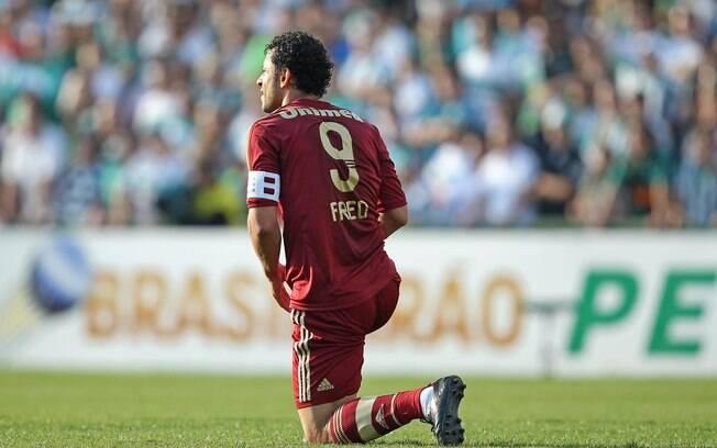 Fred se ajoelha no gramado do Couto Pereira