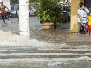 Pedestres ficaram ilhados na região do Cambuci, no centro de São Paulo neste sábado (7)
