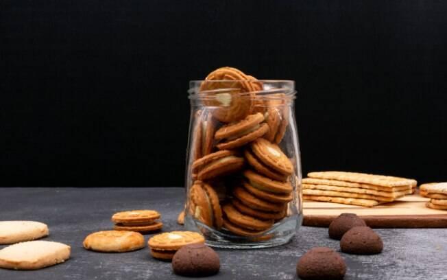 O pote de vidro evita que a umidade entre em contato com os biscoitos