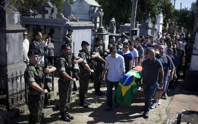Enterro do soldado Leonardo Machado em cemitério na cidade de Santa Maria, no Rio Grande do Sul