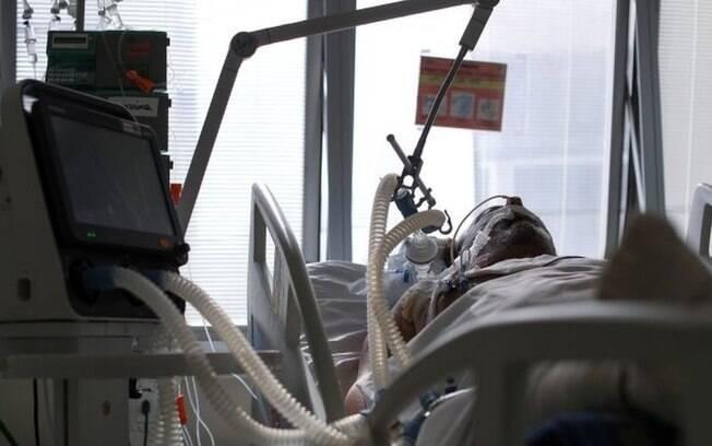 Médicos relatam choque com UTIs lotadas de jovens com covid-19: 'Temem perder olfato, mas perdem a vida'