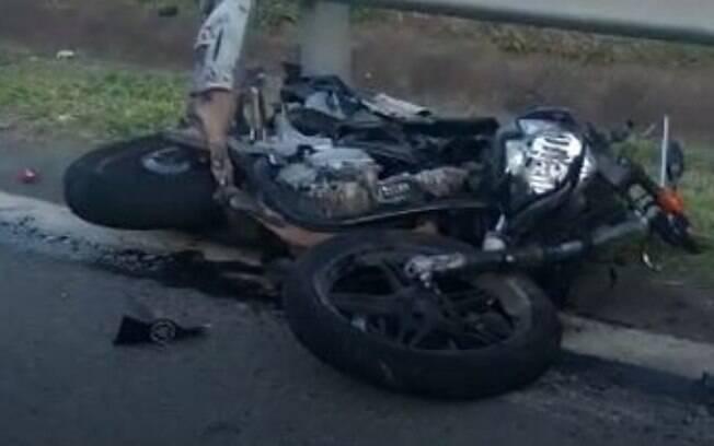 Motociclista fica ferido após colisão traseira no Anel Viário