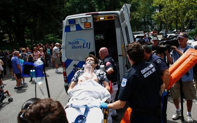 Jovem foi atendido por paramédicos, mas os ferimentos foram muito graves. Foto: KENA BETANCUR/AGENCE FRANCE PRESSE/ESTADÃO CONTEÚDO