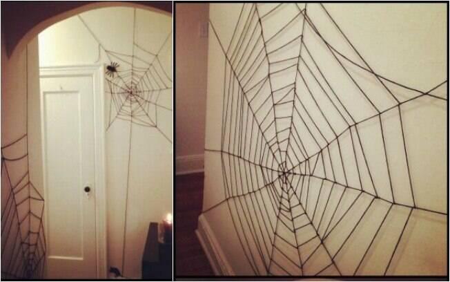 Só no Halloween você pode ter teias de aranha (de mentirinha) espalhadas pela casa