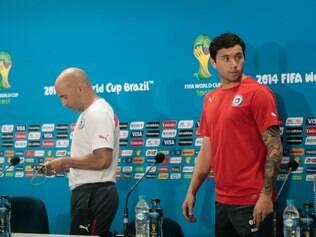 O técnico Jorge Sampaoli e o lateral-esquerdo Mena concederam entrevista coletiva nesta sexta-feira no Mineirão