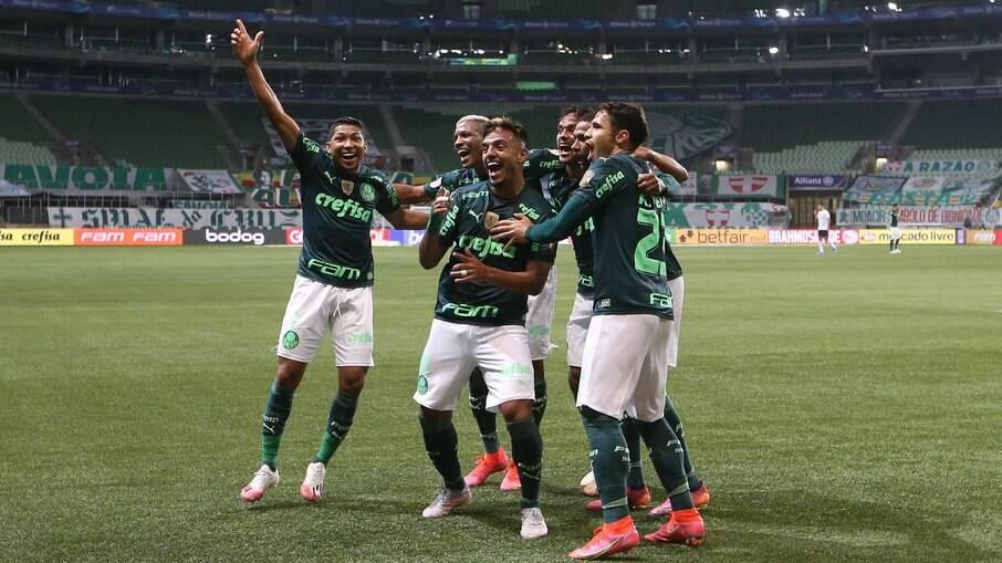 Palmeiras supera Grêmio e assume a liderança do Brasileirão
