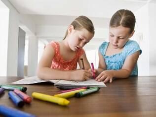 Entre os três e cinco anos, canetinhas e lápis de cor não podem faltar entre os brinquedos ideais