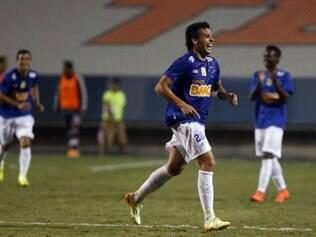 Jogador corre pra comemorar o gol antológico marcado contra Chivas, no último amistoso celeste nos EUA