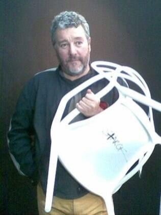 O designer francês Philippe Starck, em São Paulo, com a cadeira Masters