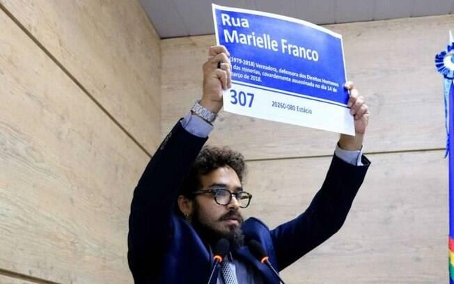 Vereador Daniel Finizola (PT) segura placa em homenagem à Marielle Franco