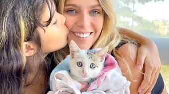 Isabella Santoni adota gato para a irmã e encanta seguidores.