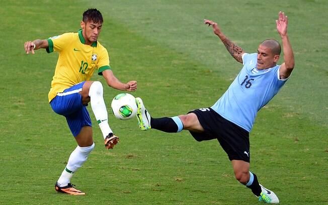 Neymar toca de lado para se livrar de Maxi  Pereira