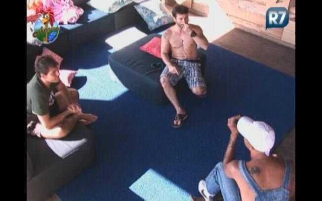 Thiago e Marlon dão conselhos para Dinei