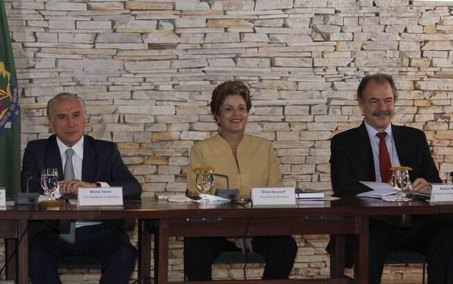 Dilma ao lado do vice, Michel Temer (à direita), e do ministro da Casa Civil, Aloizio Mercadante