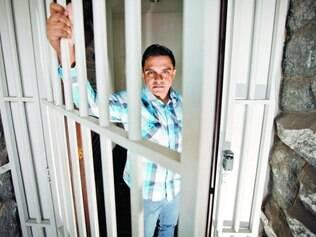 Atrás das grades. O engenheiro Luiz Costa diz que trabalha cercado por grades, monitoramento por câmera 24 horas e alarme