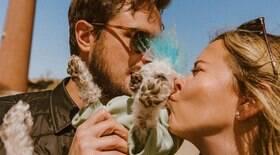 Casal emociona internautas ao postar brincadeira com cachorro cego