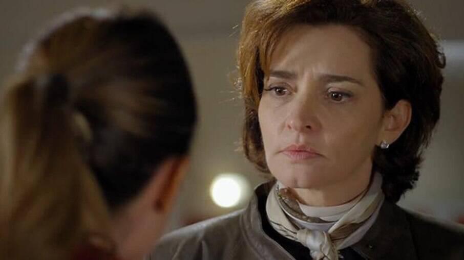 Ana não se segura e fala sobre Alice para Vitória