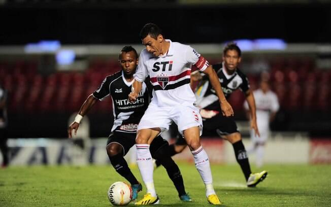 Lúcio protege a bola no empate contra a Ponte  Preta