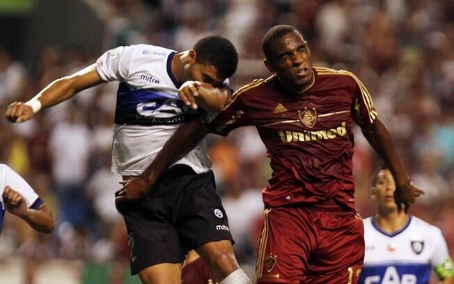 Digão disputa bola pelo alto no jogo contra o  Huachipato