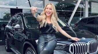 Carla Diaz comemora compra de carro: